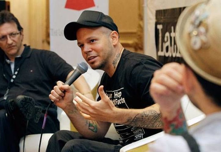 El vocalista de Calle 13 pidió a sus seguidores que le recomendaran un país latinoamericano que diera asilo al ex agente de la CIA. (Agencias)