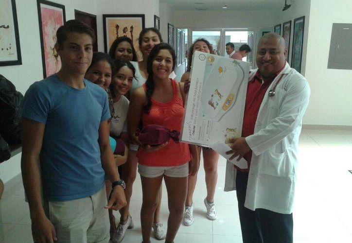 Ocho estudiantes del colegio Papalote donaron ayer al Hospital General artículos para bebé.  (Luis Ballesteros/SIPSE)