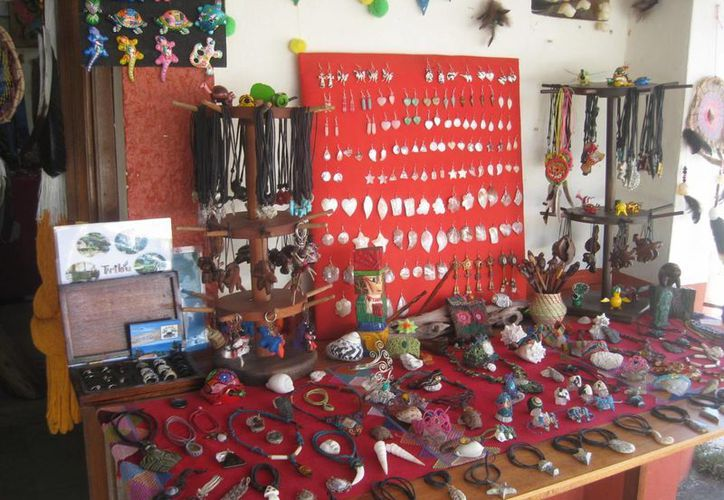La venta de artesanía en Bacalar registra un repunte en estas vacaciones de verano. (Javier Ortiz/SIPSE)