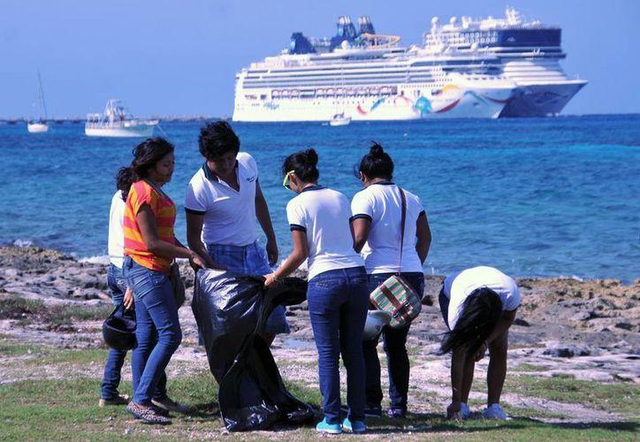 Estudiantes de nivel medio superior participan en la conservación de las playas. (Cortesía/SIPSE)