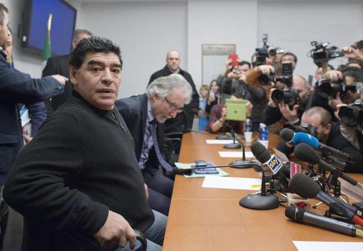 Diego Armando Maradona dijo que los responsables de negociar y firmar sus contratos fueron el expresidente del Nápoles Corrado Ferlaino y su exagente Guillermo Coppola, a quienes no ha perseguido el fisco italiano. (EFE)