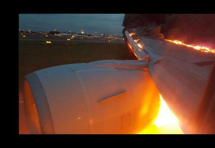 Imagen del motor derecho del avión de la compañía Singapore Airlines que se incendió. (Twitter/@flightorg)