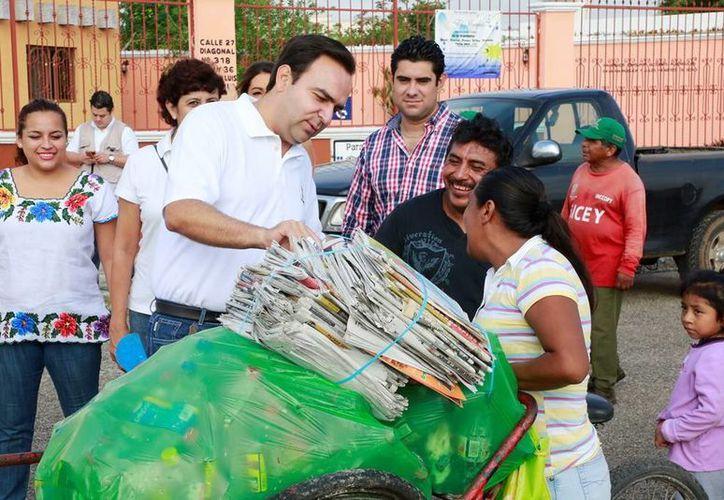 """En la imagen Nerio Torres que atendió a ciudadanos que acudieron a la jornada de """"Recicla por tu bienestar"""" (Milenio Novedades)"""
