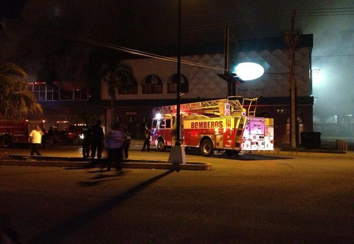 Una columna de humo despide el interior de la tienda. (@espacionoticias/SIPSE)