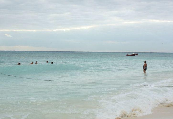 Los bañistas desconocen el área que les corresponde para nadar. (Alida Martínez/SIPSE)