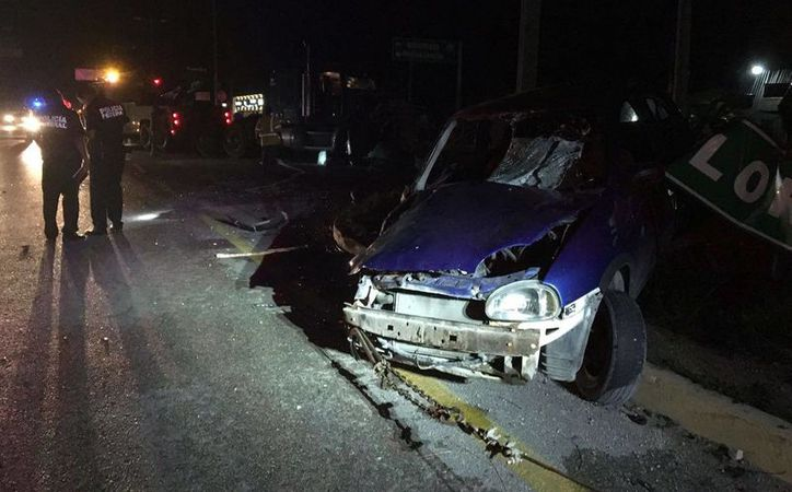 Un Chevy chocó contra un tráiler ayer por la noche en la carretera Cancún - Puerto Morelos. (Redacción/SIPSE)
