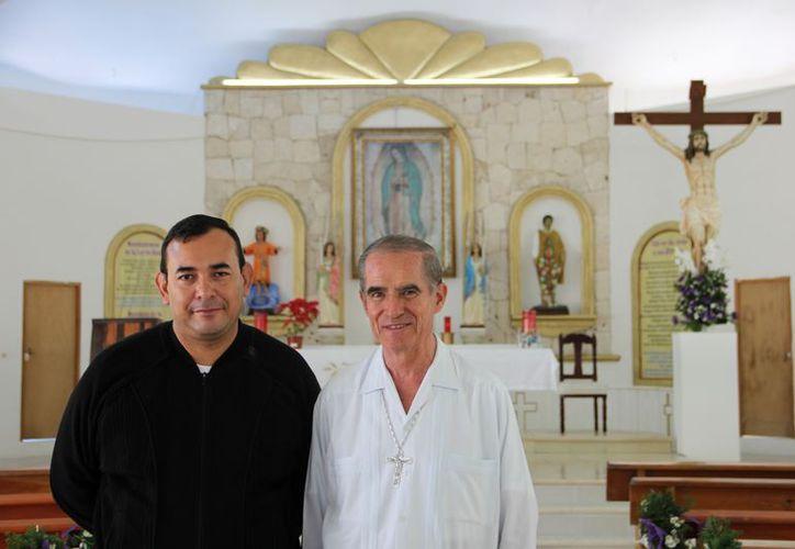 Juan Gabriel Contreras Hernández (izquierda) comenzó su servicio a Dios  hace 22 años en la ciudad de Chetumal. (Rossy López/SIPSE)