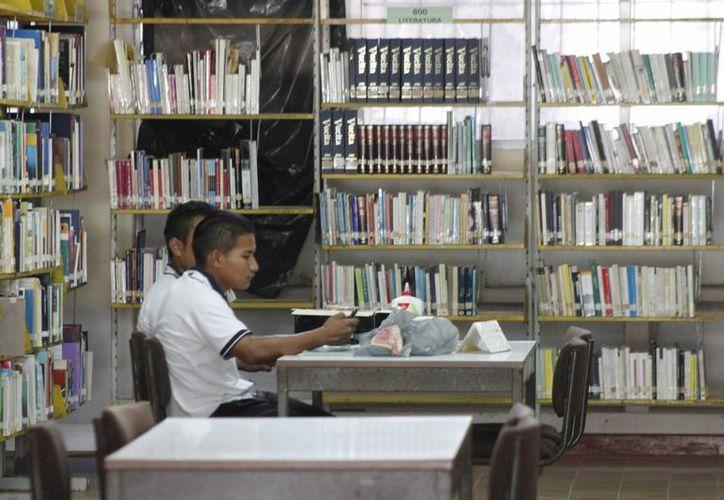 Las visitas guiadas consisten en que los jóvenes conozcan acerca de los beneficios que da una biblioteca. (Israel Leal/SIPSE)