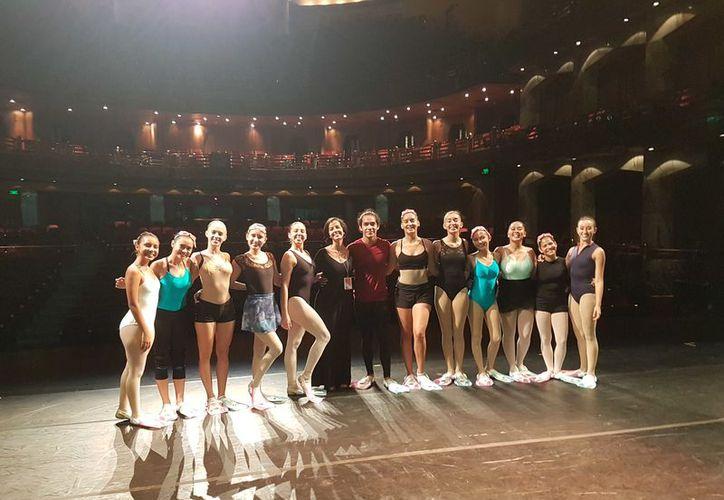"""Todas las alumnas tuvieron la oportunidad de bailar en la coreografía de clausura titulada """"Entre Lazos"""" en el Palacio de Bellas Artes. (Redacción/SIPSE)"""