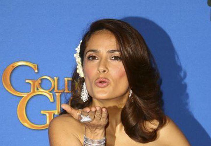 Una juez amplió una orden de restricción contra dos acosadoras de la actriz Salma Hayek, quien en la foto aparece durante la entrega de los Globos de Oro. (Notimex)