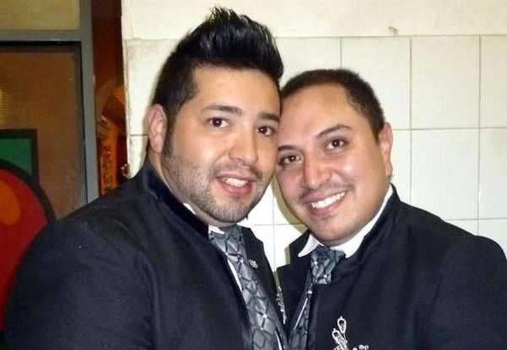 César Ceja y Ricardo Gallardo contrajeron matrimonio el pasado sábado en una pizzería de Guanajuato, ya que la alcaldía les prohibió hacerlo en la plaza principal de la ciudad. (noticias.terra.com.mx)