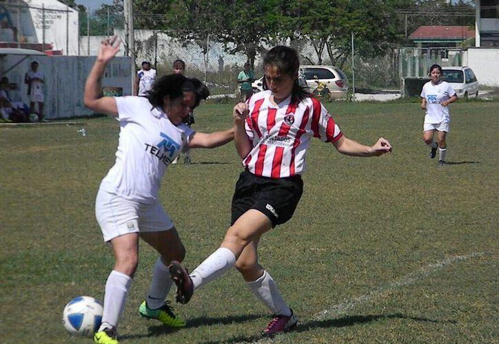 Tanto Felinas como Pioneras, tuvieron las suficientes oportunidades para llevarse los tres puntos a casa. (Ángel Mazariego/SIPSE)