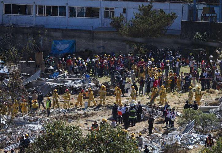 Las autoridades indicaron que no hay cuerpos bajo los escombros, por lo que los trabajos de limpieza se harán con maquinaria. (AP)