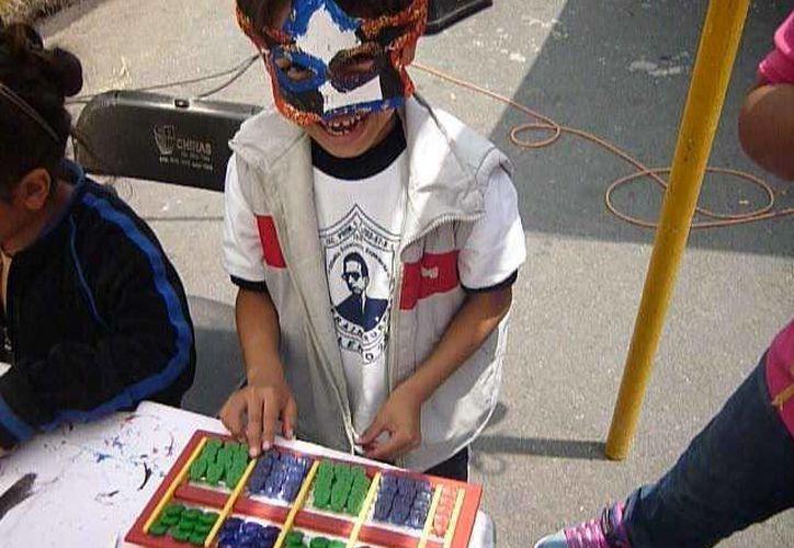Un menor utiliza un nepohualtzintzin', ábaco maya de sistema vigesimal. (vimeo.com)