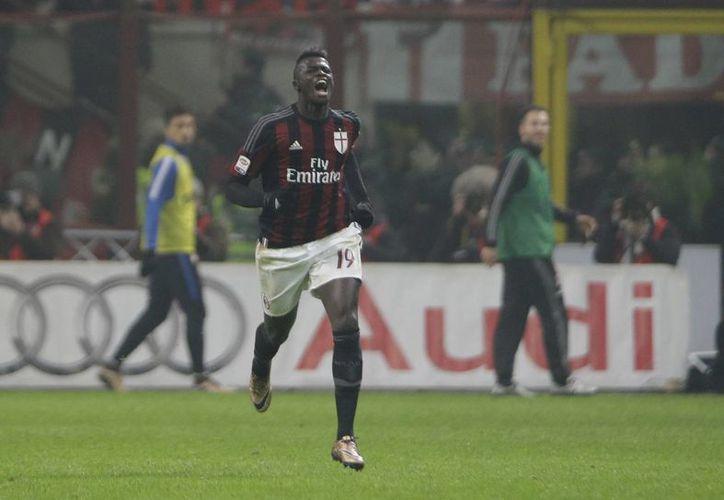 El francés M'Baye Niang sentenció con el 3-0 la victoria del Milán sobre el Inter, este domingo en  el estadio Giuseppe Meazza. (Imágenes de AP)