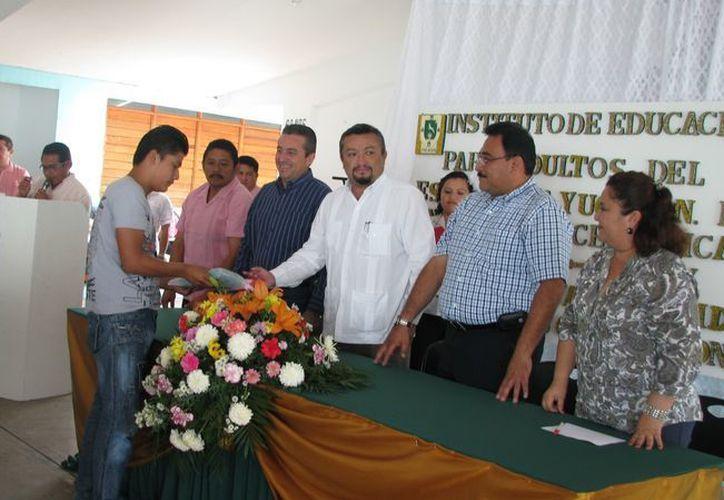 El acto de entrega de certificados fue presidido por el director general del  IEAEY, Juan Carlos Cervera Pavía y el director del Cereso, Mario Castillo Escalante. (Foto: Cortesía)