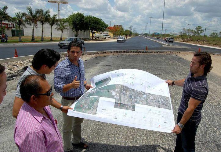 El director del Incay, Javier Osante, supervisó los trabajos en la carretera Mérida-Caucel. (Wilberth Arguelles/SIPSE)