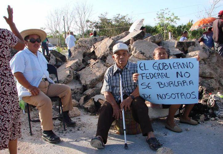 Los ejidatarios mantendrán las barricadas en la carretera, en busca de una solución a sus peticiones. (Manuel Salazar/SIPSE)