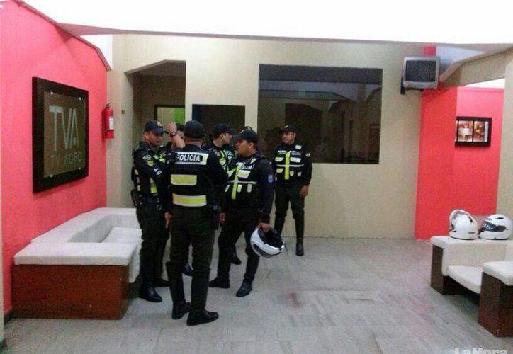 La televisora quedó sin señal desde la noche del jueves, luego que fueran incautados los equipos que se encontraban en sus instalaciones. (Foto tomada de lahora.com.ec)
