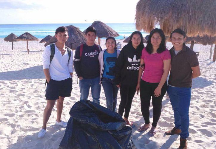 En cinco horas, los jóvenes lograron llenar las bolsas tamaño jumbo. (Redacción/SIPSE)