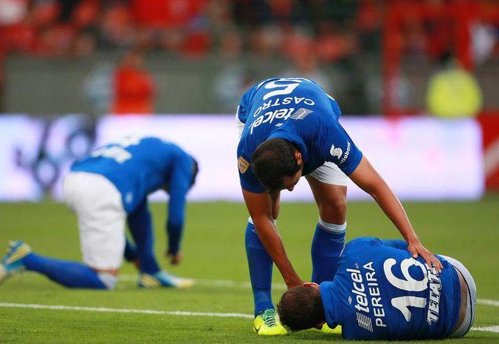 Cruz Azul cayó 3-0 esta tarde en la Nemesio Diez, frente al Toluca, en el partido de ida de la Liguilla del Apertura 2013. En la imagen, Israel Castro asiste al lesionado Jair Pereira. (Agencias)