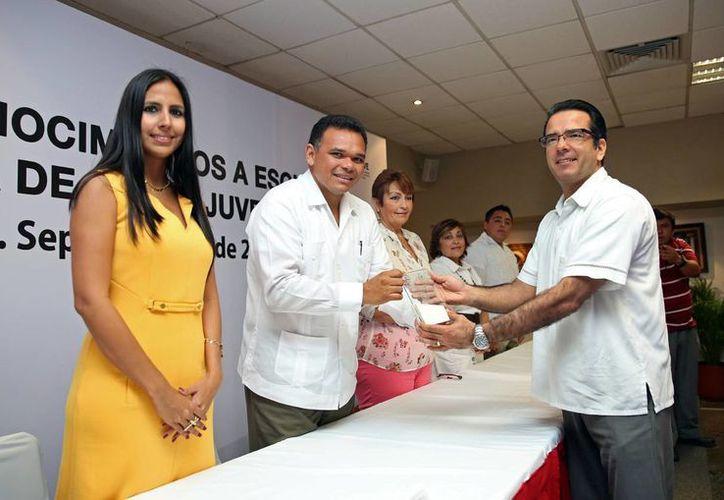 El Gobierno entregó reconocimientos a representantes de instituciones académicas que apoyan el programa de becas. (SIPSE)