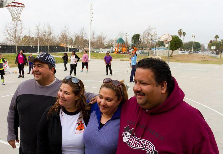 Eliberto Chávez (i), Fernanda Urrea (2-i), Ramona Urrea (2-d) y Enrique Urrea (d) posan tras inscribirse en un programa para perder peso, este sábado 16 de enero de 2016, en Lynwood, California (EE.UU.). (EFE)