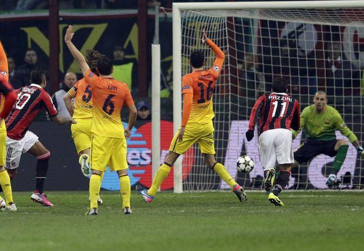 Boateng (tercero desde la izquierda), remata cruzado para anotar el primer gol del partido. (Agencias)
