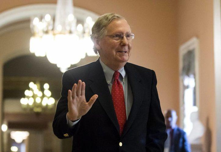 El líder de la mayoría republicana en el Senado, Mitch McConnell, a su llegada al Senado para votar sobre una ley de sanciones a Irán de una duración de 10 años en el Capitolio en Washington, EU, hoy 1 de diciembre de 2016. (EFE)