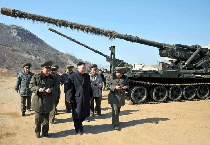 Imagen del 12 de marzo de 2013, que muestra el líder norcoreano, Kim Jong-un, mientras inspecciona un cañón de largo alcance en Pyongyang, Corea del Norte. (EFE)
