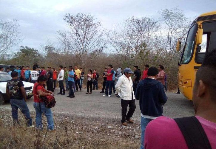 Cerca de 120 trabajadores fueron obligados a bajar de los camiones. (Milenio Novedades)