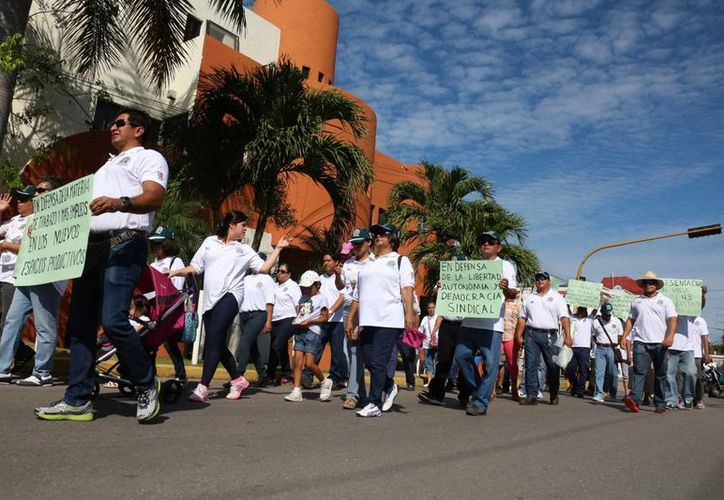 El de los telefonistas fue el único sindicato que salió a las calles ayer a desfilar por el Día del Trabajo. (Adrián Barreto/SIPSE)