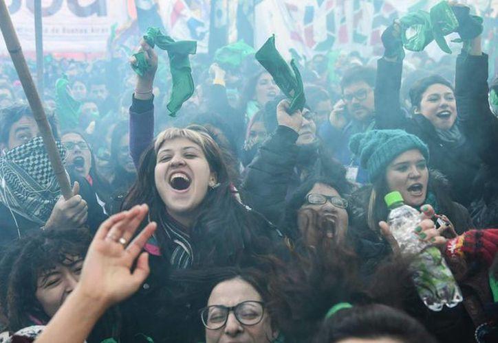 Los defensores del proyecto pasaron la noche en las inmediaciones del Congreso celebrando el resultado con gritos, cánticos y saltos de alegría. (Foto: AFP)