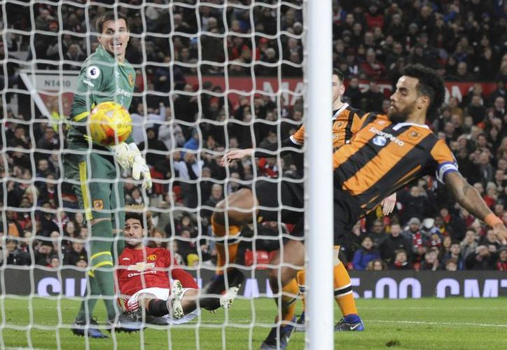 Marouane Fellaini observa desde el césped el balón que convirtió en gol en partido ganado 2-0 por el Manchester United al Hull en la Copa de Liga de Inglaterra. (AP)