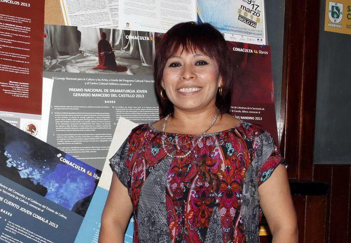 La escritora yucateca fue galardonada con el Premio Nezahualcóyotl de Literatura en Lenguas Mexicanas por la novela  'Honorina'. En la foto Sol Ceh Moo durante la entrega de reconocimiento por sus obras literarias.  (Sipse)