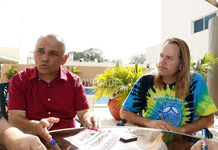 A la Symphonic Wind Ensemble la dirige Stanley E. Dahl, y el destacado músico yucateco Daniel Espinosa (izquierda) dirige la Banda de Jazz (Foto Pepe Acosta)