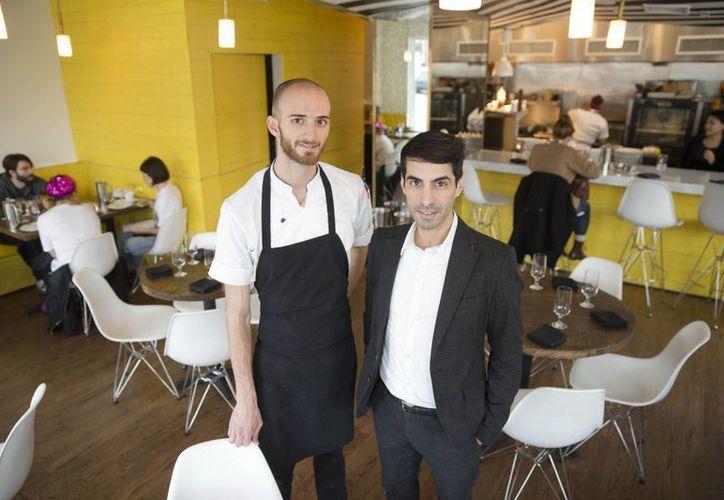 Los copropietarios Cristian Mora (der), y Brian Oliveira posan en su restaurante Gerard en Filadelfia. (Agencias)