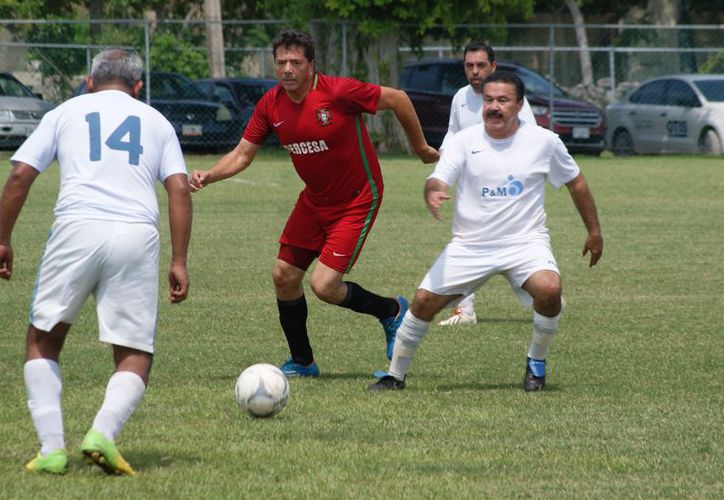 Acciones del torneo clausura del fútbol de veteranos, categoría Máster. (Ángel Villegas/SIPSE)