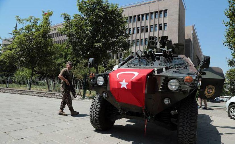 El Gobierno de Turquía despidió a más de 8 mil funcionarios públicos, tras el fallido golpe militar. En la imagen, una patrulla militar custodia la sede la Corte, donde son interrogados varios de los acusados de maquinar el atentado el Gobierno. (AP)