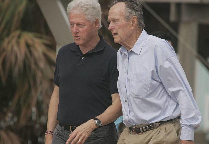 Imagen del 2008 de los expresidentes de Estados Unidos: Bill Clinton (izq) y George H.W. Bush (der) en Texas. (Agencias)
