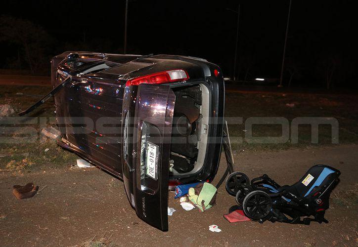 El portabebé quedó fuera de la camioneta tras recibir el violento impacto, cuyo responsable se dio a la fuga. (Aldo Pallota/SIPSE)