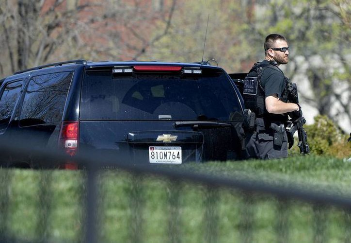 La policía llegó hasta el lugar donde ocurrió el tiroteo. Imagen de un policía de EU. acordonando la zona. (Archivo/EFE)