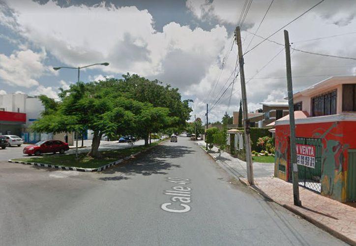 El ladrón se plantó a las puertas de una casa en el fraccionamiento Residencial Los Pinos de la capital yucateca.  (Google Maps)