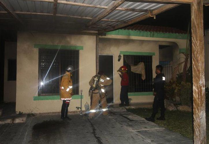 Los bomberos ingresaron al inmueble para verificar que no hubiera nadie encerrado. (Redacción/SIPSE)