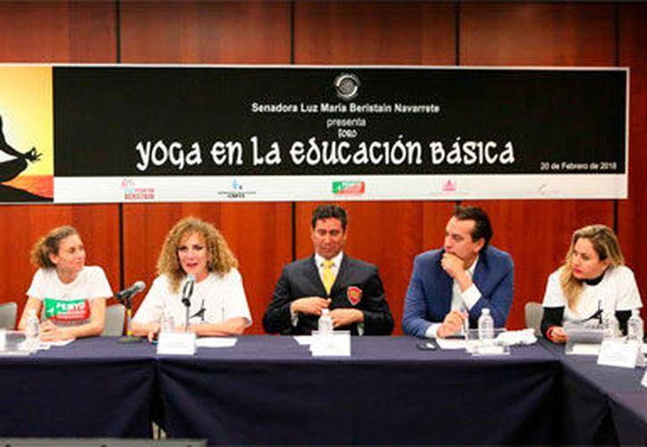 """En el foto """"Yoga en la Educación Básica"""", Beristáin Navarrete afirmó que su iniciativa busca propiciar la salud de los niños. (Redacción/SIPSE)"""