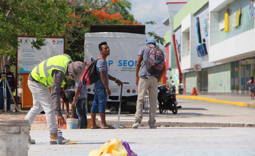 Recomiendan a los trabajadores consumir suficiente agua. (Paola Chiomante/SIPSE)