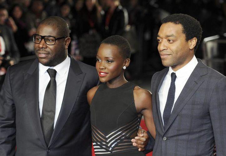 """El director británico Steve McQueen (i) y los actores Lupita Nyong'o y Chiwetel Ejiofor, en la premiere de """"12 Years a slave"""" el 18 de octubre de 2013 en Londres. (EFE/Archivo)"""