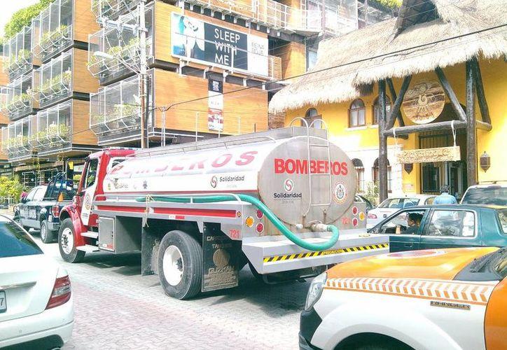 Elementos de bomberos, Protección Civil y de la Policía Municipal acudieron al hotel tras la alerta de incendio. (Redacción/SIPSE)