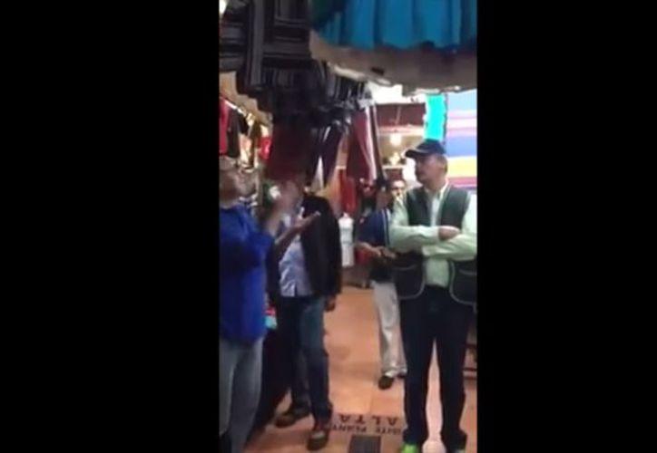 Un ciudadano increpó al expresidente de México Vicente Fox cuando éste visitaba un mercado de artesanías en San Cristóbal de las Casas, Chiapas. (Impresión de pantalla)