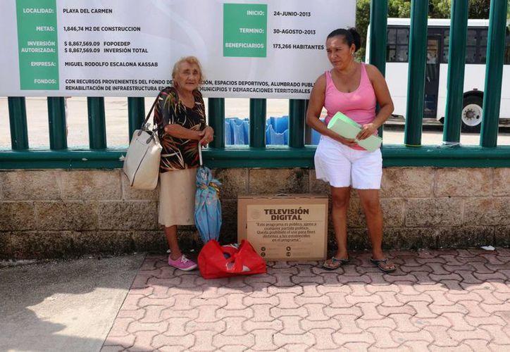 El jueves comenzó la entrega de los televisores digitales en el municipio de Solidaridad.  (Adrián Barreto/SIPSE)